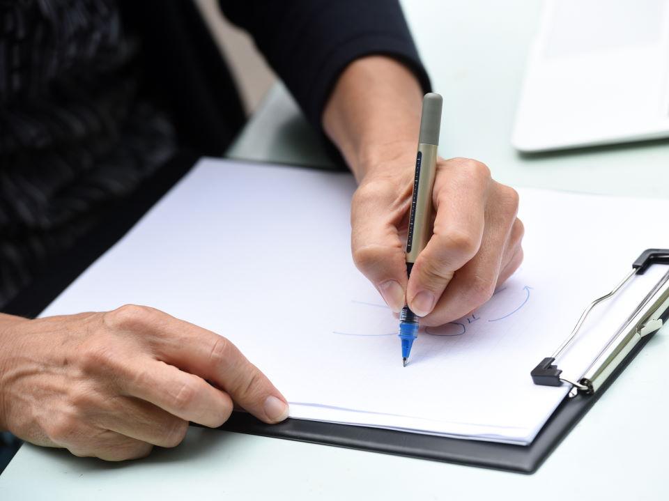 Führungskräfte Coaching - Iris Middelhove, zu sehen ist eine Frauenhand, die etwas skizziert